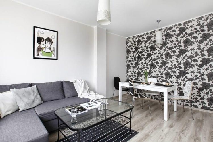 Черно-белые обои в интерьере гостиной