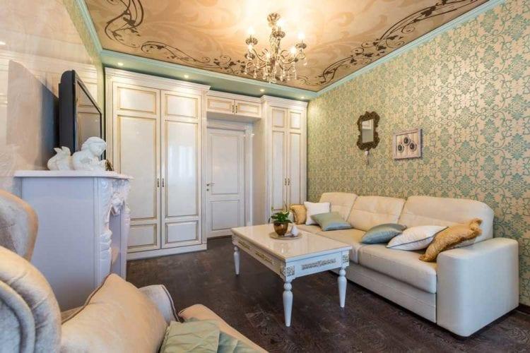 Белая мебель в стиле классика в интерьере гостиной
