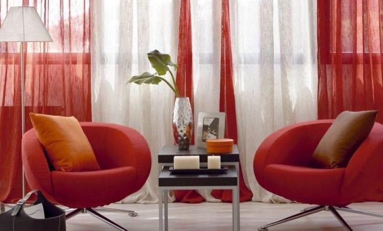 Красные шторы в интерьере гостиной в стиле минимализм