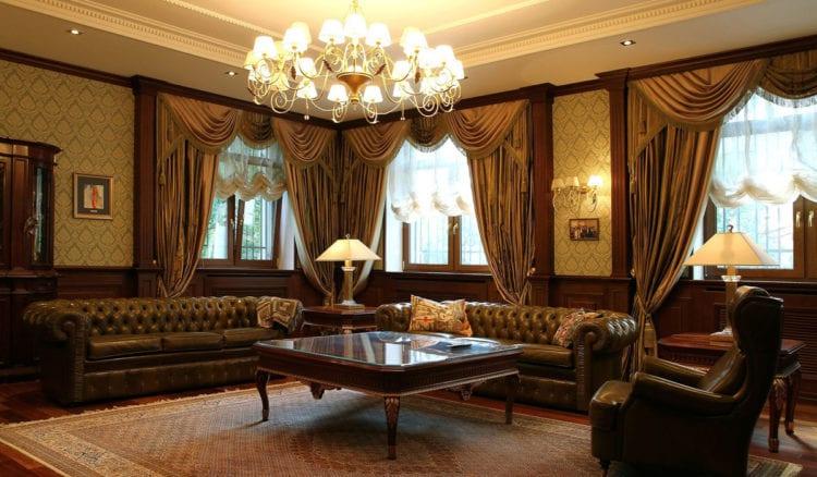 Интерьер гостиной в английском стиле в традиционной древесной отделке