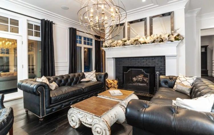 Интерьер гостиной с диваном