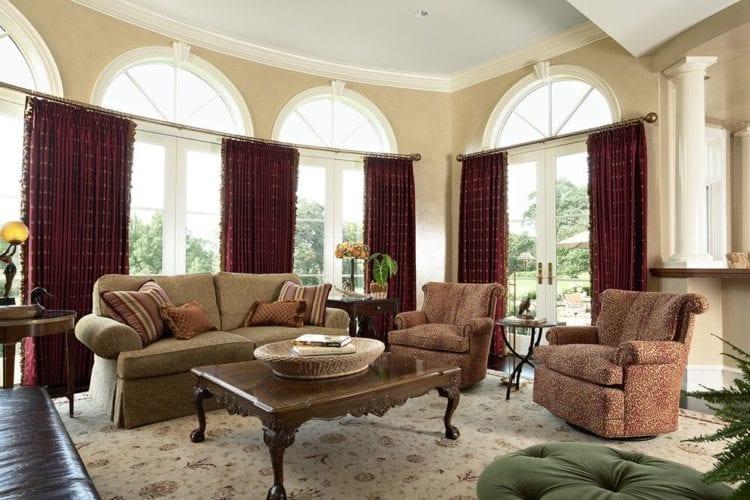 Бордовые шторы в интерьере зала и гостиной