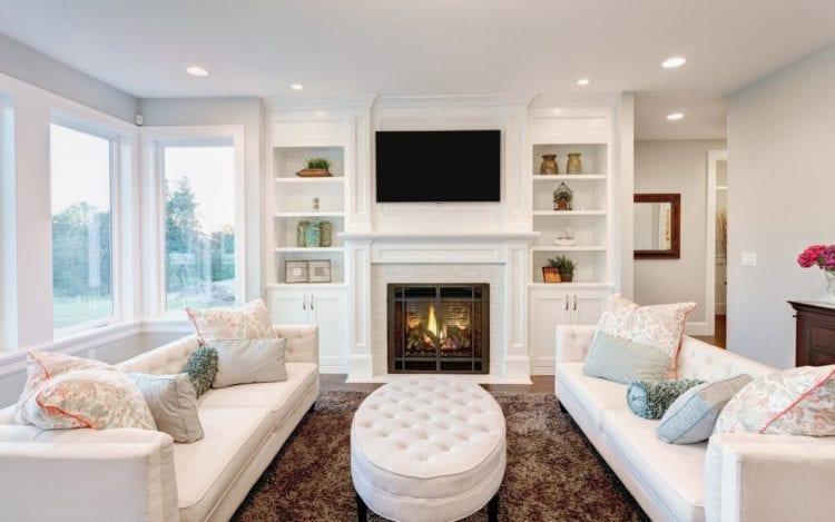 Белый диван в интерьере гостиной