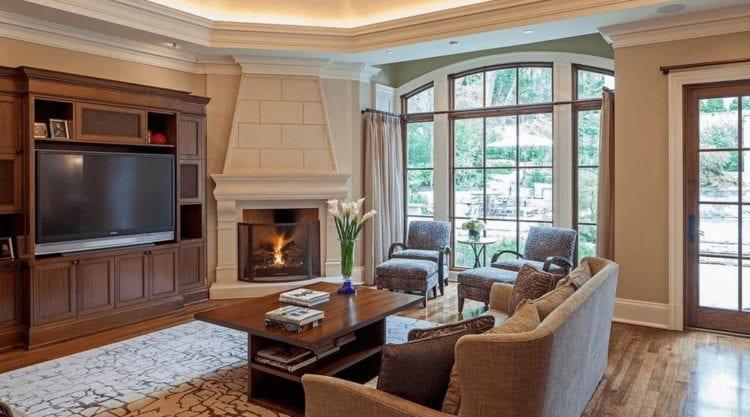 Интерьер гостиной с камином в доме