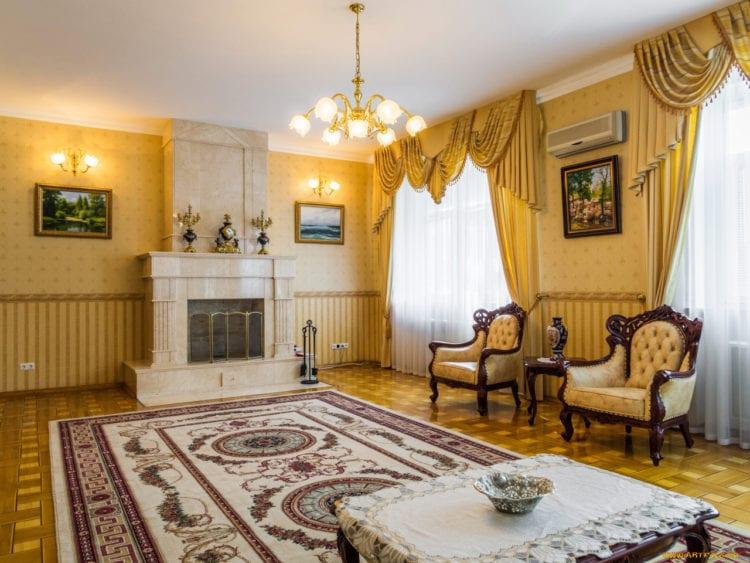Золотые шторы и обои в интерьере гостиной