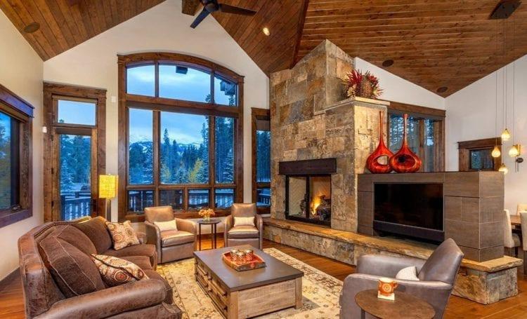 Интерьер гостиной шале с камином в доме
