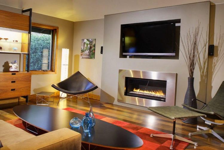 Телевизор и камин в интерьере гостиной