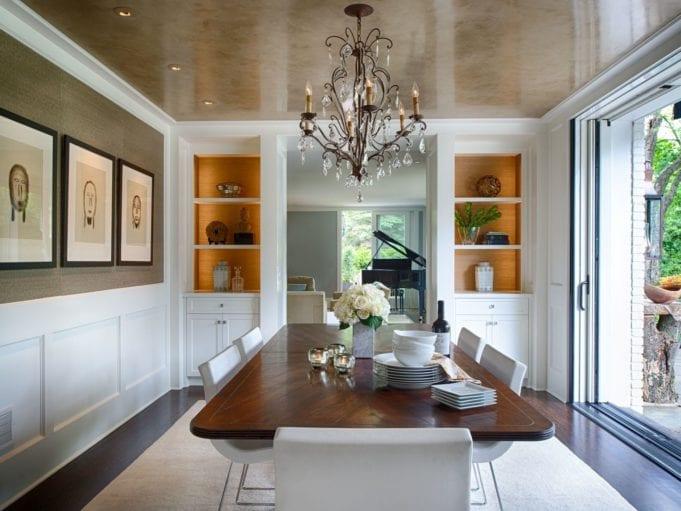 Выбираем люстру в зал или гостиную для натяжного потолка
