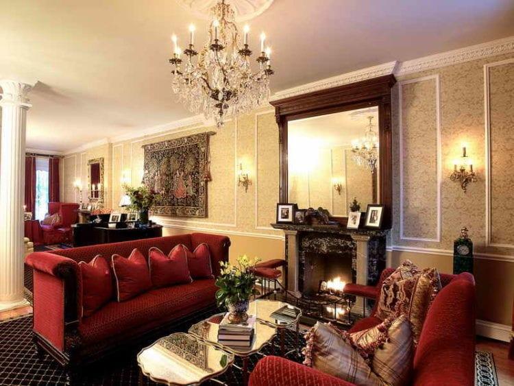Интерьер бордовой гостиной в классическом стиле