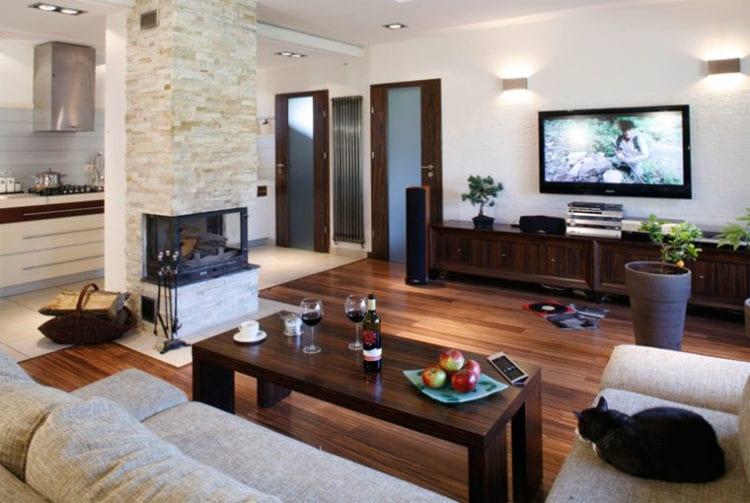 Телевизор напротив камина в интерьере гостиной