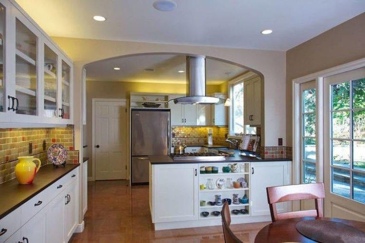 Дизайн кухни-гостиной в 20 кв. м с зонированием