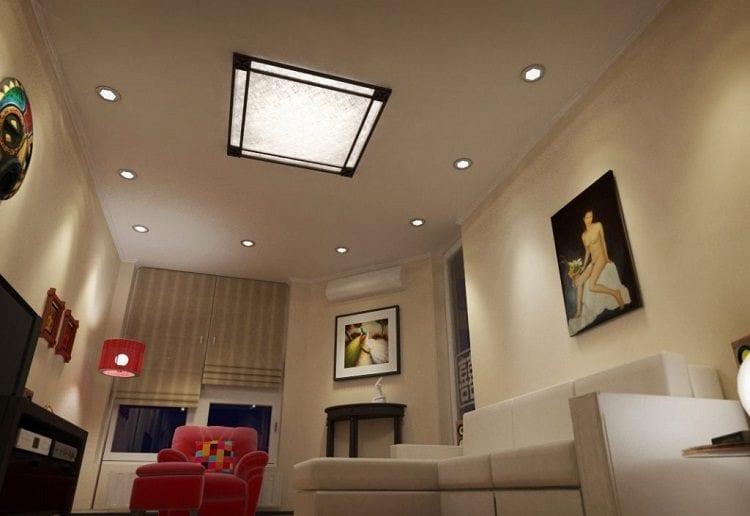 Натяжной потолок с точечными светильниками и люстрой