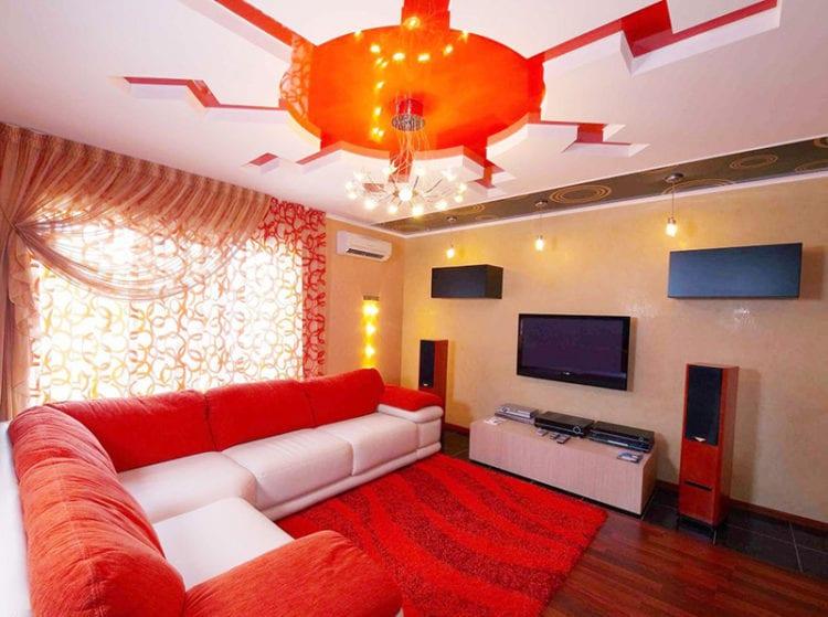 Двухцветные натяжные потолки в зале