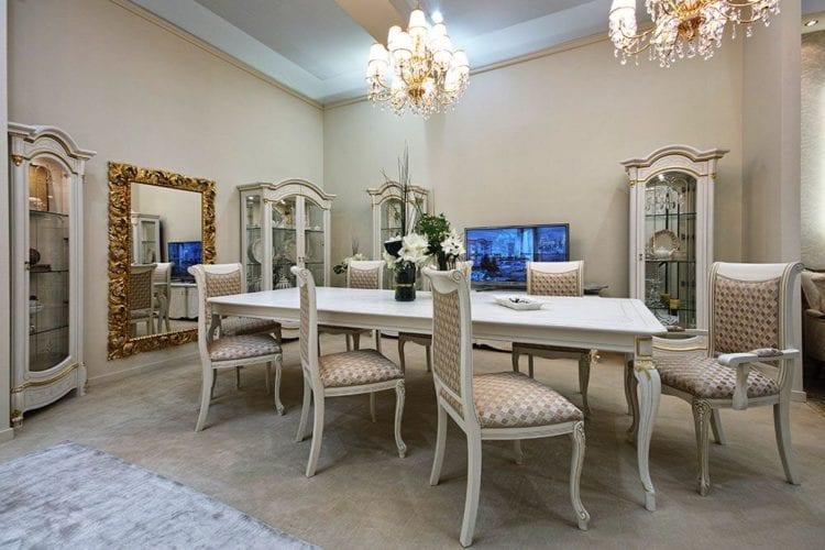 Стильные итальянские обои в интерьере гостиной с белой мебелью