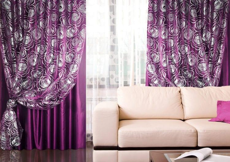Сиреневые шторы в интерьере гостиной в белых тонах