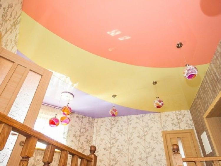 Двухцветные натяжные потолки в комнате