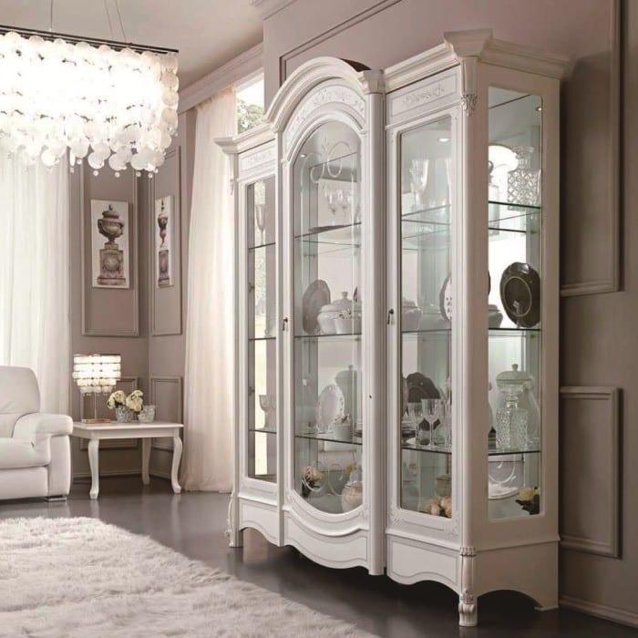Белая витрина в стиле классика в гостиной