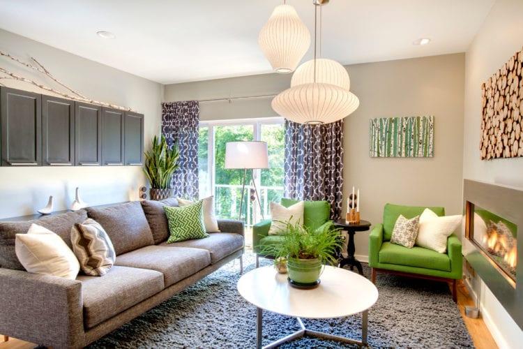 Серо-зеленый интерьер гостиной