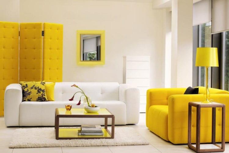 Желтые акценты в интерьере гостиной