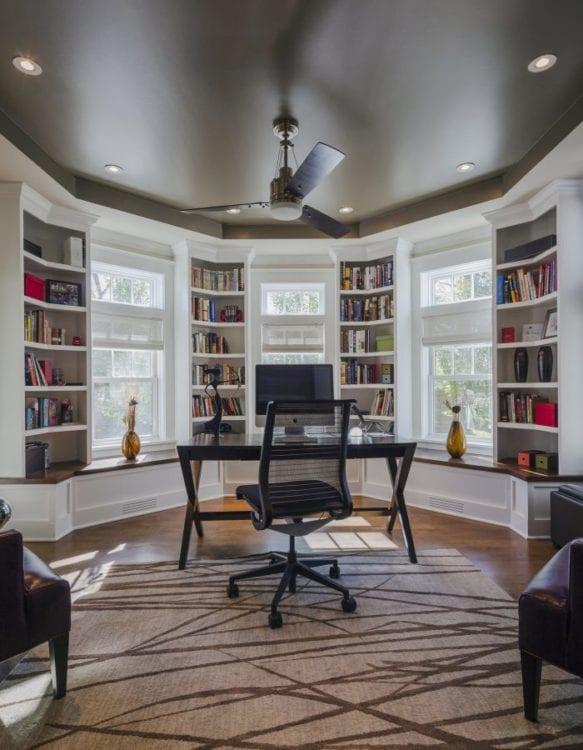 Дизайн зала с эркером в виде рабочего кабинета