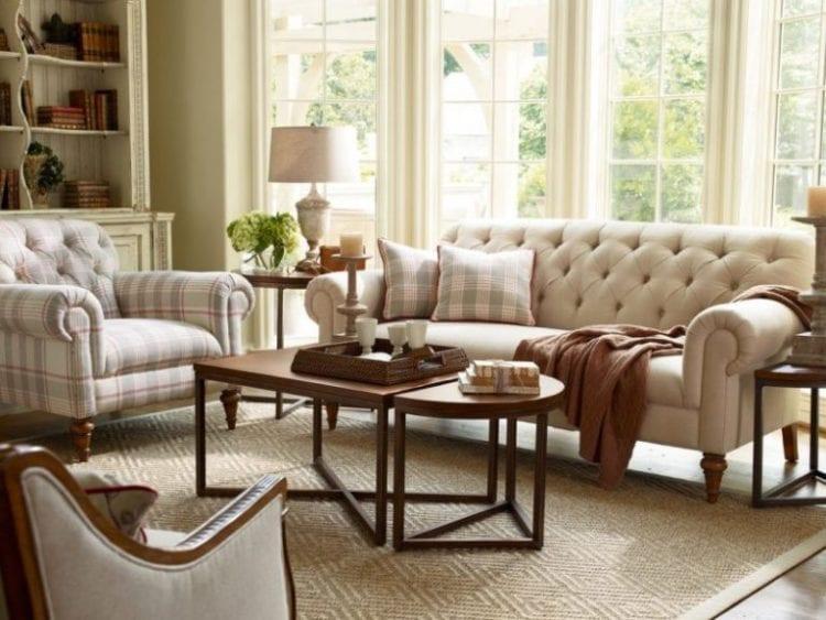 Классическое кресло в интерьере гостиной