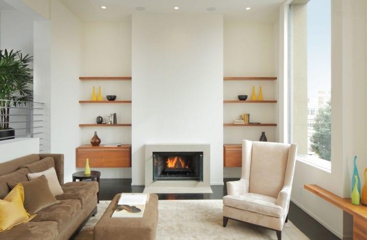 Вариант уютной гостиной с камином в квартире