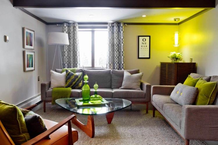 Гостиная с зелено-серым интерьером