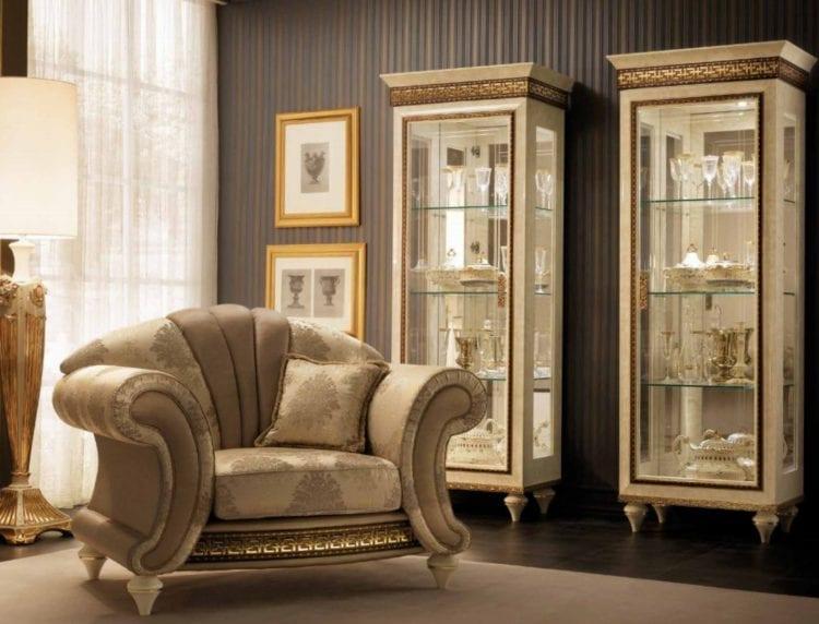 Вариант красивой витрины в гостиной