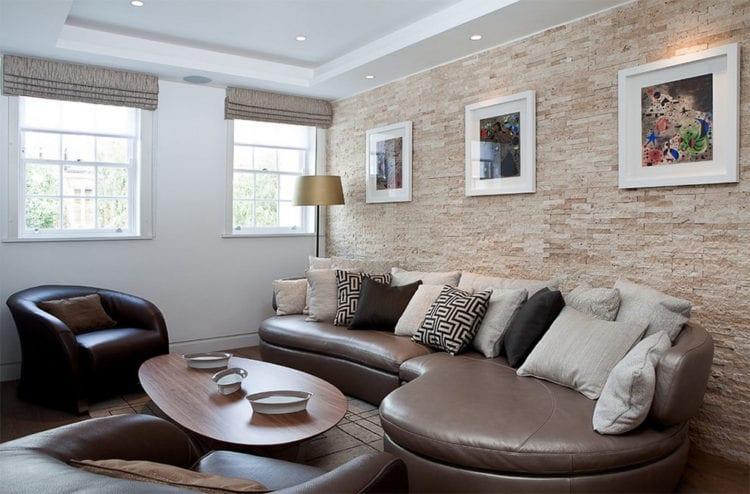 Облицованная камнем стена над диваном в гостиной