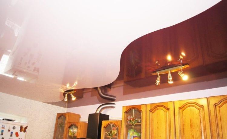 Вариант комбинированного одноуровневого натяжного потолка в зале