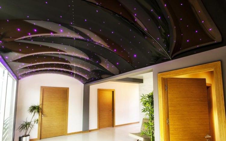 Варианты дизайна натяжных потолков в зале