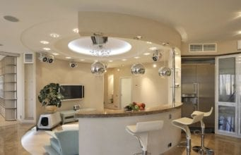 Дизайн кухни с барной стойкой между кухней и гостиной