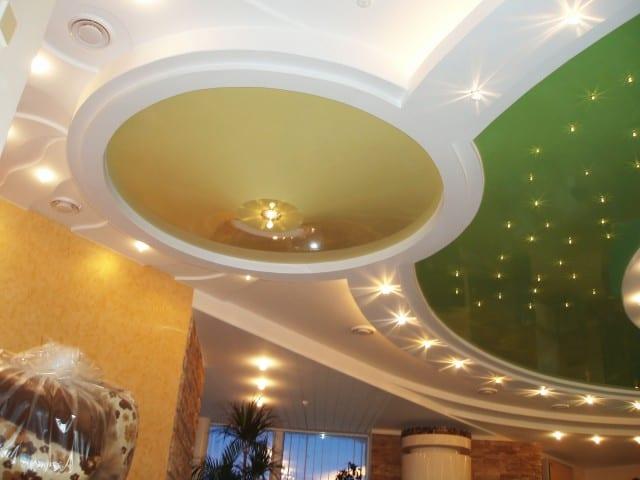 Сложный вариант натяжного потолка в зале