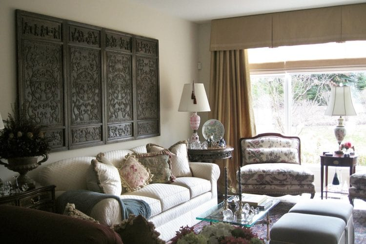 Орнамент над диваном в гостиной