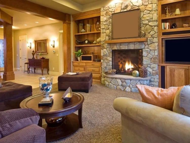 Гостиная с камином в частном доме