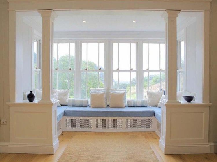Дизайн гостиной с эркером, используемом в качестве спальни