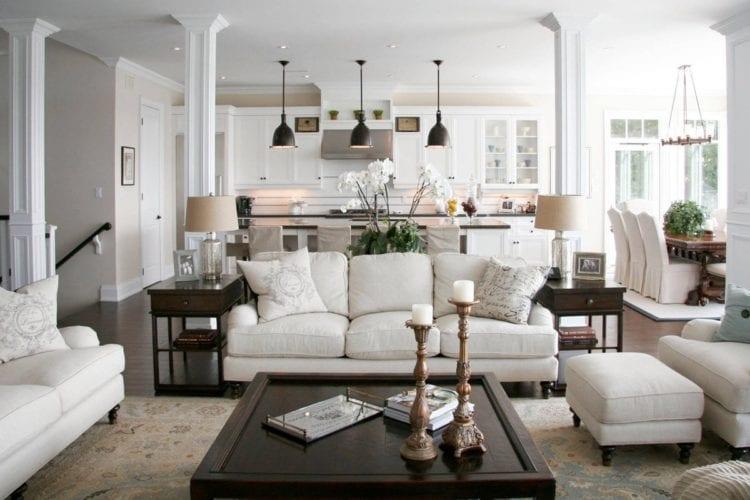 Дизайн гостиной в американском стиле с зонированием барной стойкой и колоннами