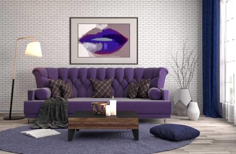 Сиреневый диван в интерьере гостиной