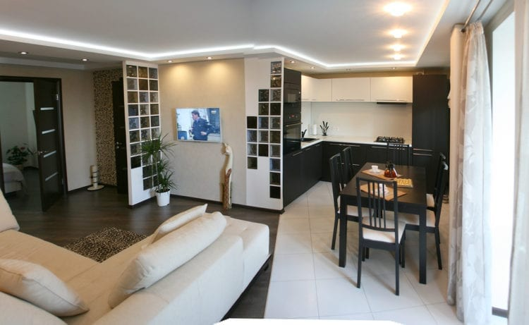 Зонирование проходной гостиной и кухни