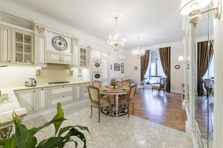 Белая кухня-гостиная в классическом стиле