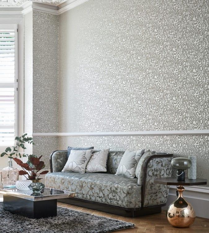 Дизайн интерьера гостиной с отделкой металлизированными обоями
