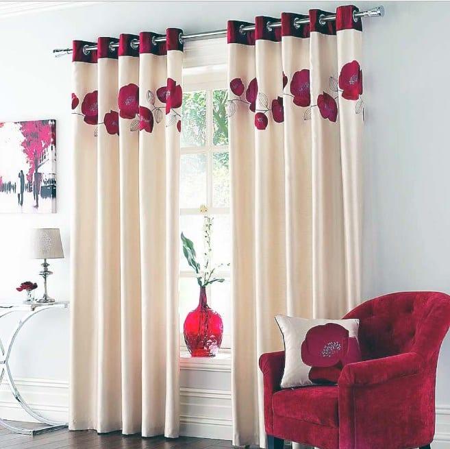 Дизайн современной гостиной с гардинами на люверсах