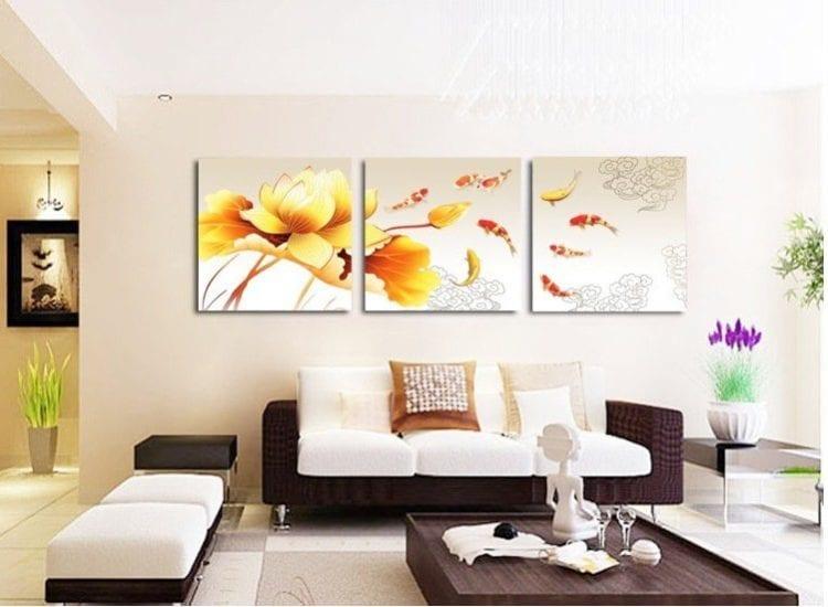 Модульные картины над диваном в гостиной с фото цветов