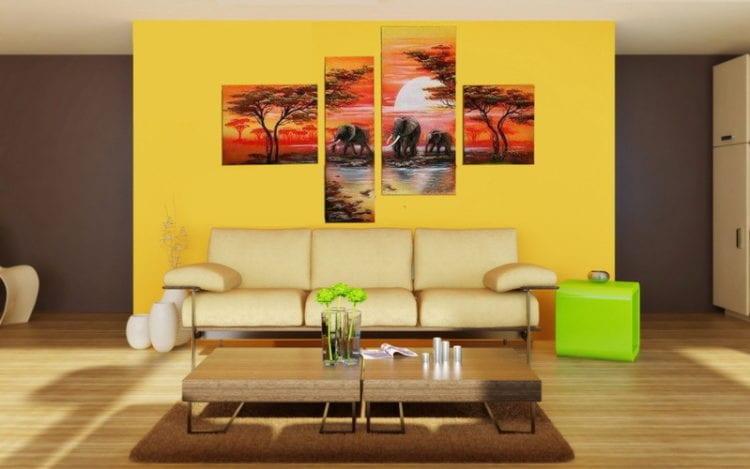 Картины в интерьере гостиной над диваном, размещенные без симметрии между модулями