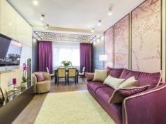Фиолетовый диван в интерьере в гостиной