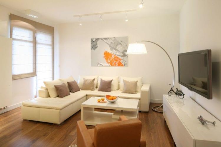 Интерьер уютной гостиной в теплых тонах
