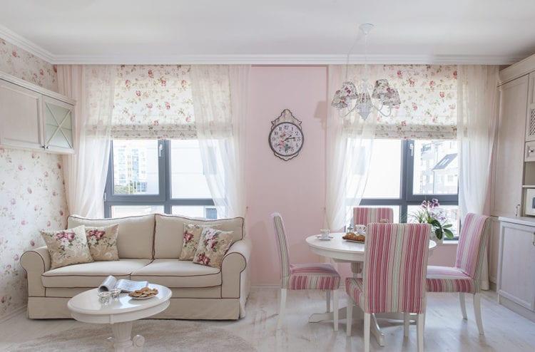 Светлые розовые обои в интерьере гостиной