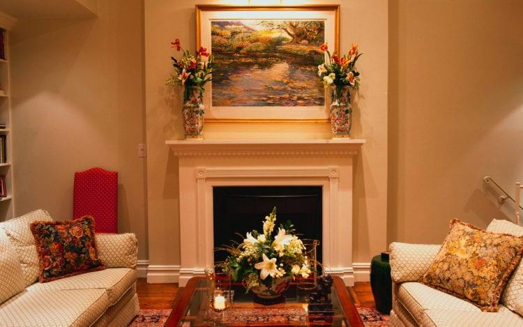 Элегантный дизайн гостиной с камином