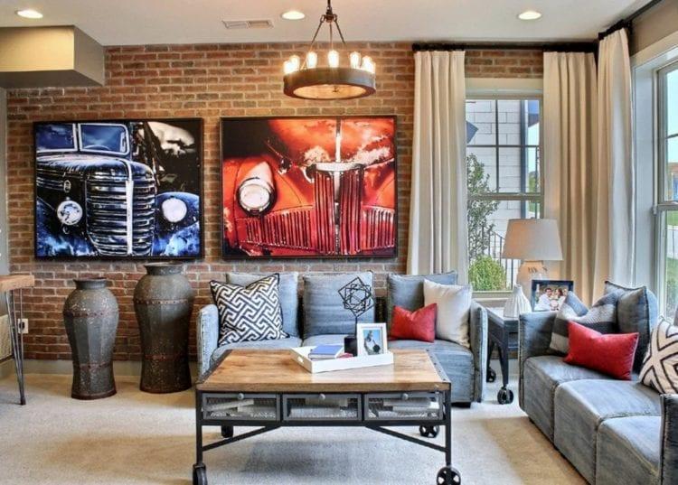 Картины на кирпичной стене в интерьере