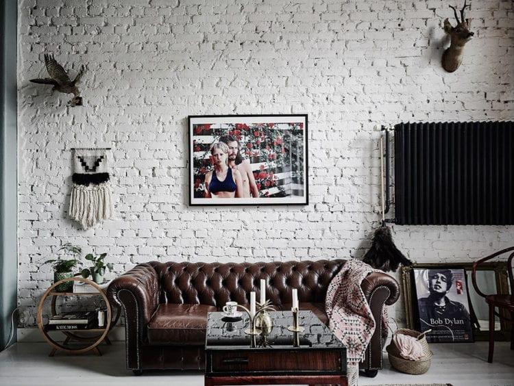 Кирпичная стена в гостиной с телевизором